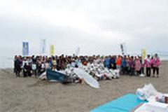 5月24日に行われた居多が浜海岸清掃の模様 集まったゴミはなんと2トン