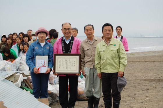 左から上越プラネット代表栗田様、弊社代表の萩原、上越市海岸線環境美化促進協議会会長様、上越市市民生活部長様
