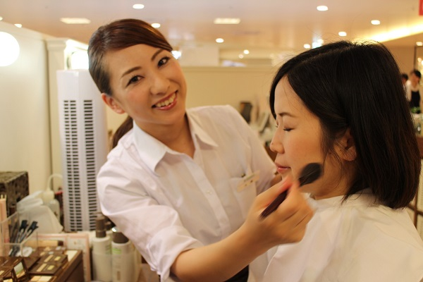 自然化粧品直営店 販売スタッフ