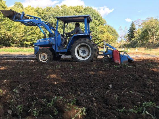 トラクターで耕します